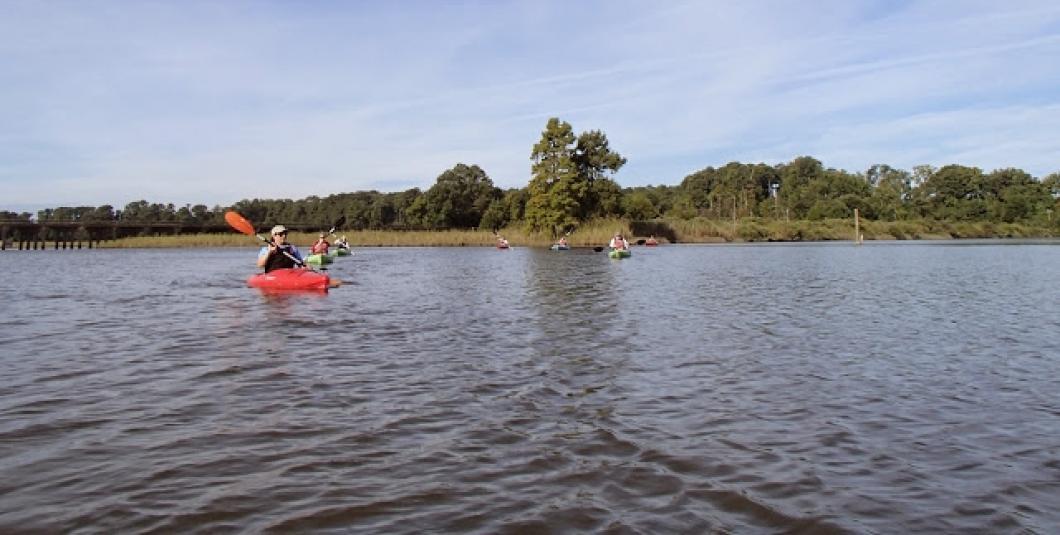 Paddler crosses Powhatan Creek