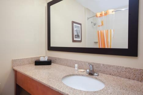 LaQuinta Inn & Suites Historic Area Bathroom