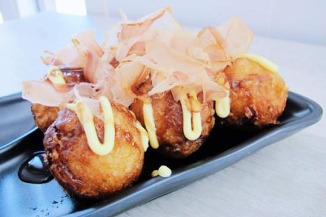 Takoyaki (octopus round cakes)